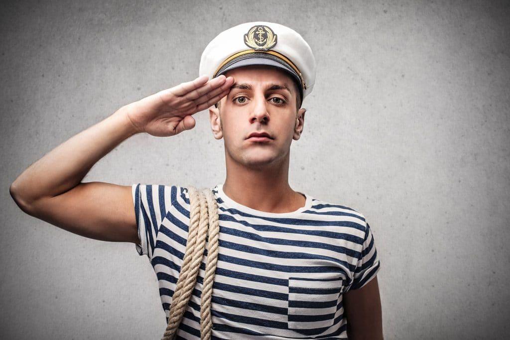 marinero con camiseta de rallas azules y sombrero