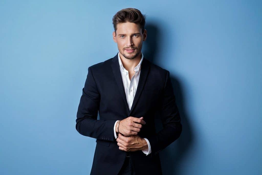 significado-del-color-azul-serio-ordenado-hombre-de-negocios-traje