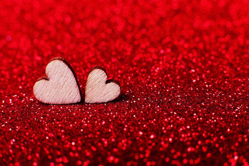 Significado del color rojo amor dos corazones fondo purpurina