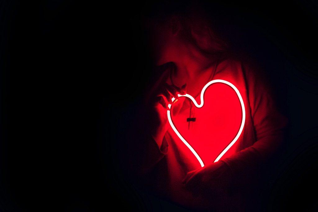 Psicología del color significado rojo corazon neon