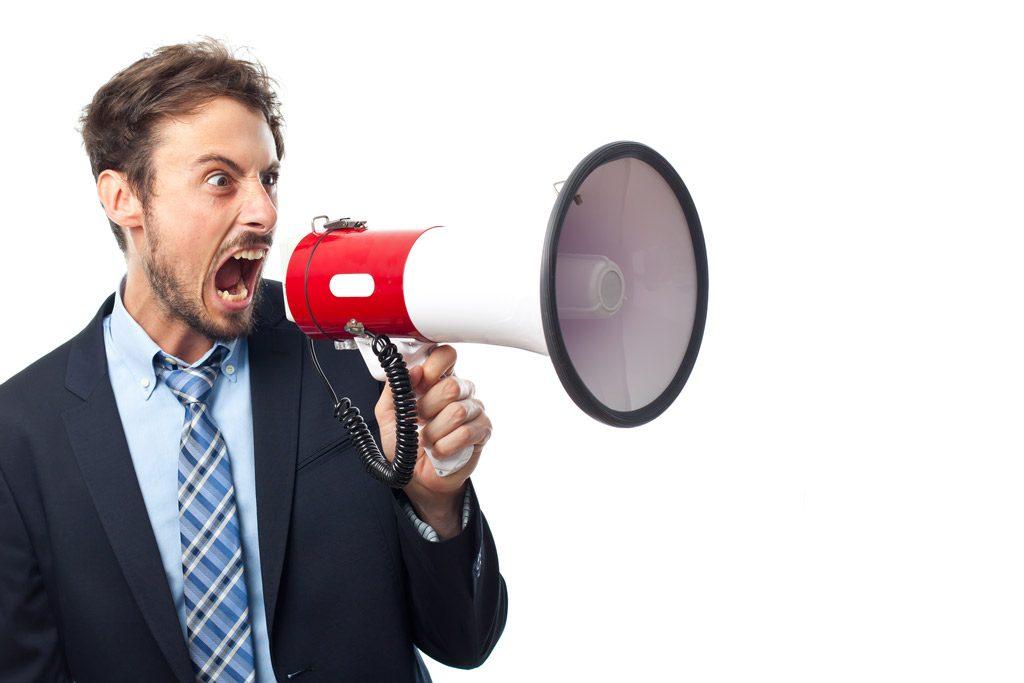 hombre con traje megáfono rojo gritando