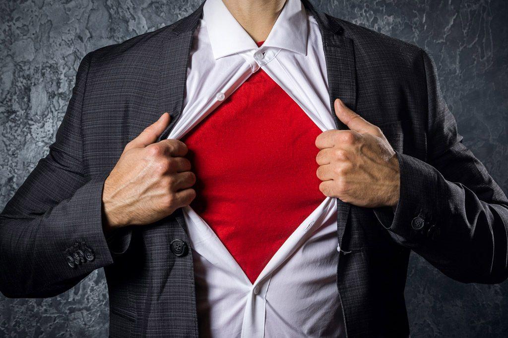 hombre con traje abriendose camiseta roja