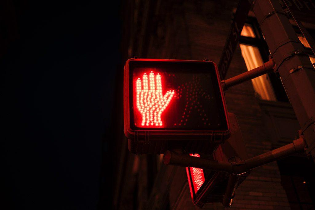 Psicología del color significado rojo prohibido semáforo