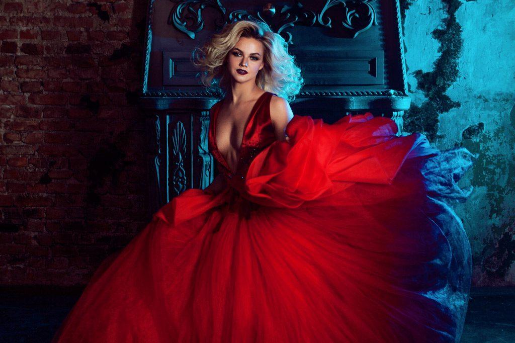 Psicología del color significado rojo modelo mujer vestido