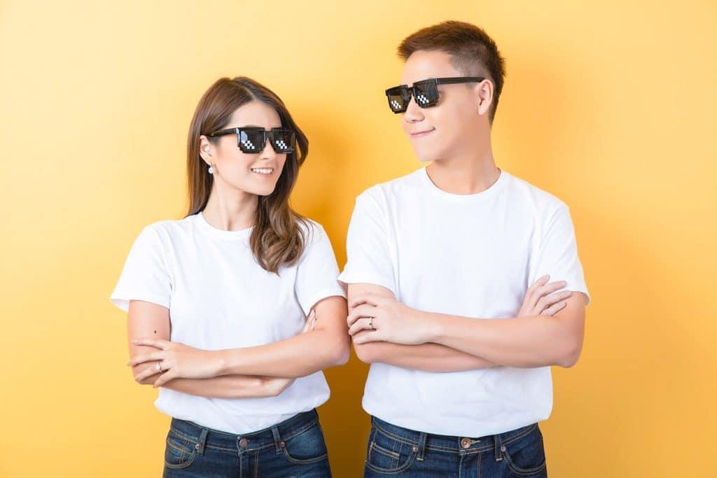 Psicología del color significado amarillo pareja chico chica hombre mujer gafas negro fondo