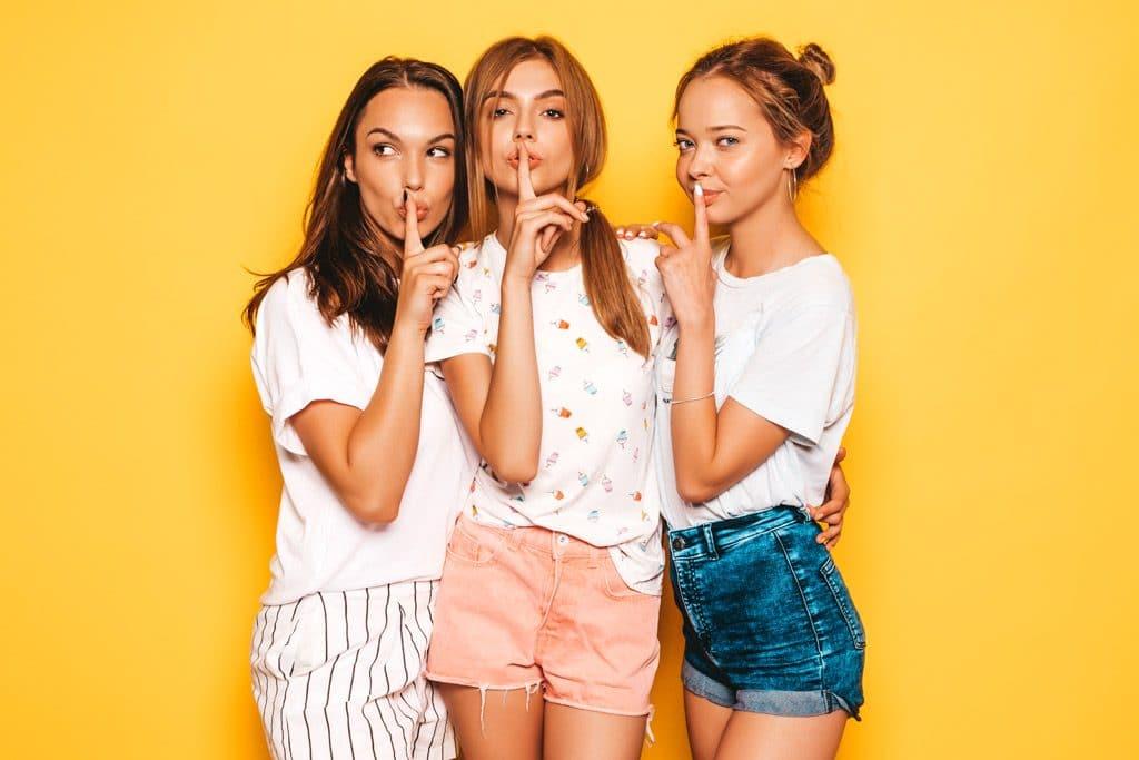 Psicología del color significado amarillo mentira traicion silencio secreto chicas jovenes
