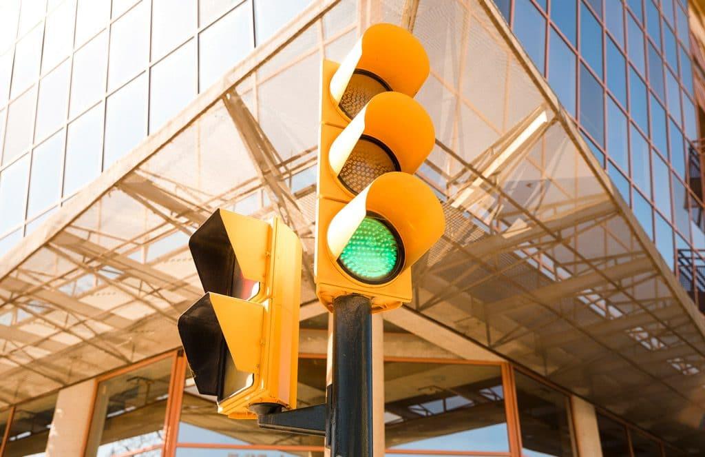 Psicología del color significado amarillo señal tráfico semáforo
