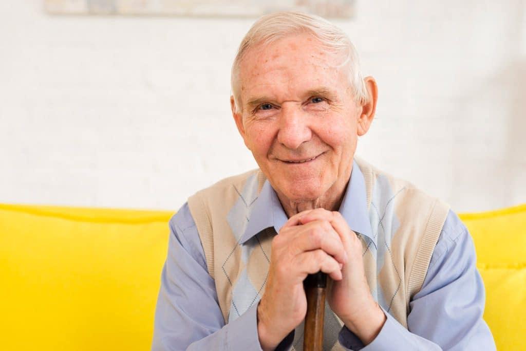 Psicología del color significado amarillo señor mayor viejo